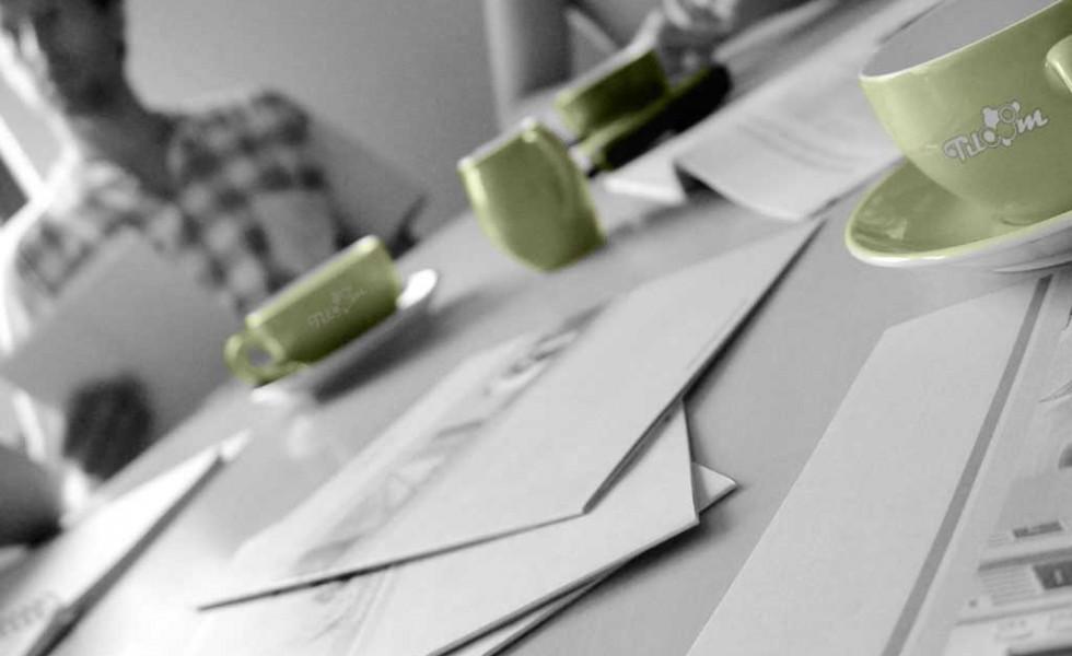 Reunión de trabajo en equipo para ser ejemplo de que Tiloom integra a sus clientes en sus proyectos para la toma de sus decisiones.